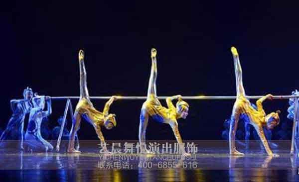 一般来说,舞蹈服装在进行设计的时候都需要从舞蹈演员的角度来进行充分考虑,最大限度地做到舞蹈服装合体轻便,让演员在表演的过程中可以自如地完成各种幅度的动作。例如小荷风采节目-《雄鹰展翅》舞蹈服装面料弹性大,充分满足舞蹈动作的要求。  3、烘托感情色彩 儿童舞蹈服装在进行设计的过程中,需要做到能够对角色表演起相得益彰的作用。不同的角色具有不同的感情与情绪。因此我们选择服装的时候需要选择一些能够烘托感情色彩的舞蹈服装。例如在悲伤场合中所采取的舞蹈服装设计应该简洁朴素,不可采用过于鲜亮的颜色进行制作。而对于喜庆