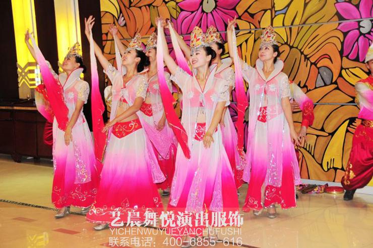 大型民族舞蹈尽显民族舞蹈服装
