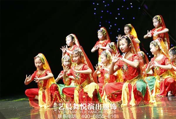 歌舞飞扬乐声阵阵文艺表演彰显演出服装