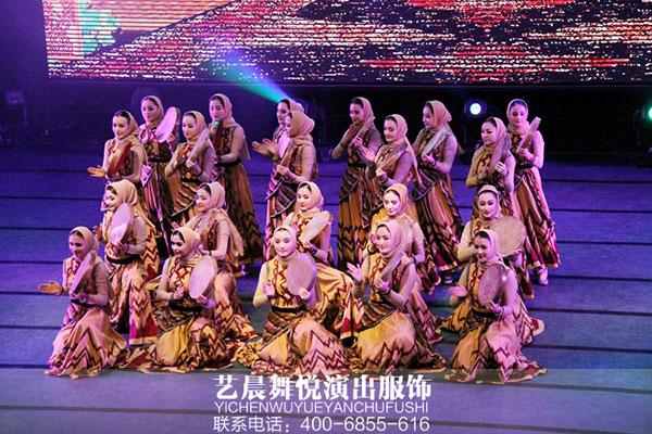 《快乐舞步》,各民族舞蹈演员齐聚舞台,穿着精美的民族舞蹈服装