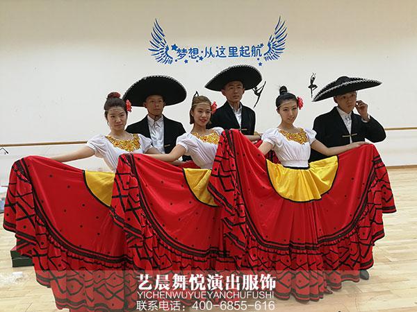 """舞台演出服装为""""乐多港""""游园注入活力"""